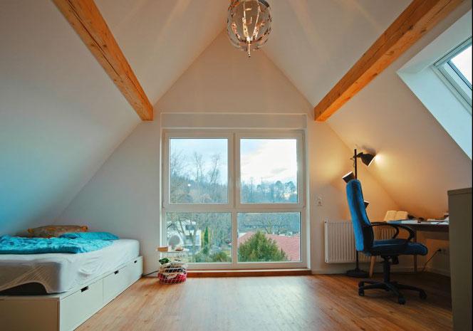 Das Panorama-Fenster, durch welches man einen herrlichen Blick in den Gartenpark hat