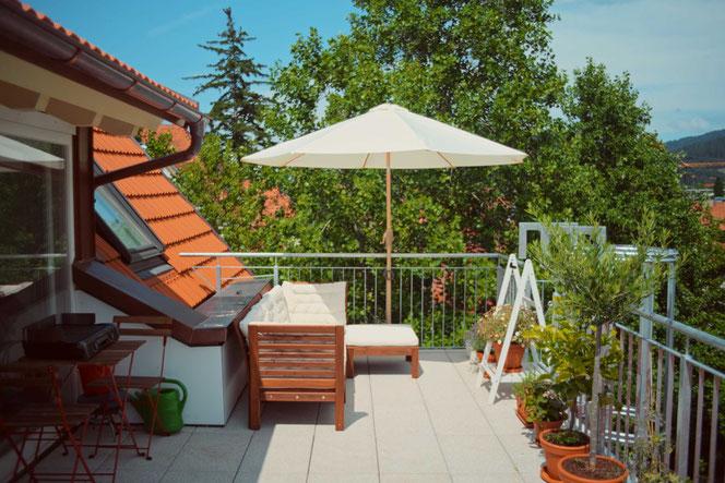 Der Balkon hat 17 m² - von ihm aus hat man einen herrlichen Blick über die Wiehre Richtung Höllental
