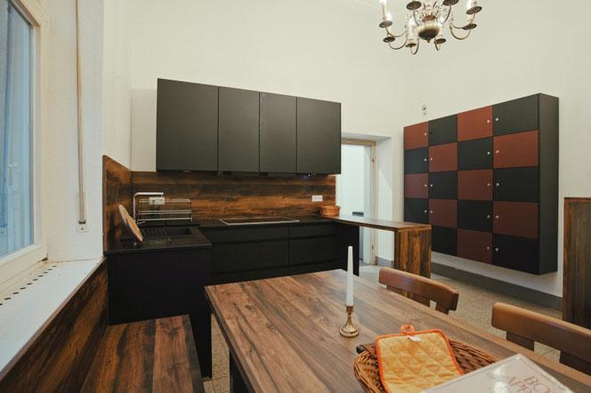 Blick auf die Kochstelle, rechts im Bild die Tür zum zweiten Küchenraum