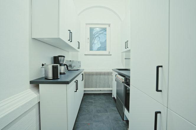 Der zweite Küchenraum mit viel Stauraum
