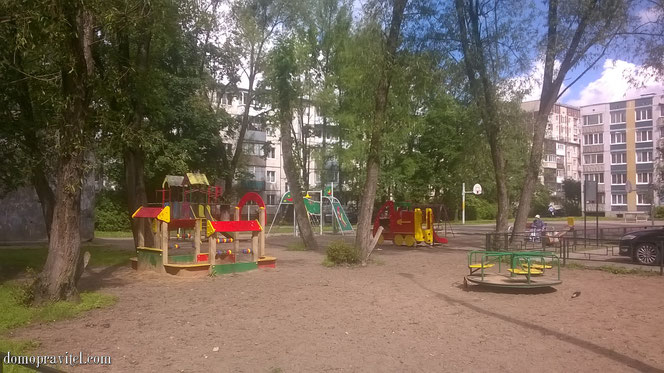 Детская площадка во дворе дома на Инженерном переулке 1