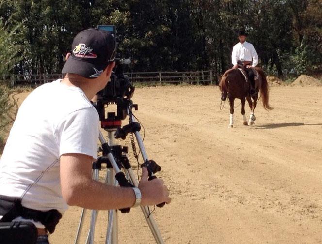 Im Sommer 2015 wirkte Reinhard Hochreiter bei einem Videodreh mit. Kameramann Roland Hahn, Hengst Baikal und Reinhard Hochreiter am Filmset auf der South Hill Ranch. Foto: Gut Fronleitenhof