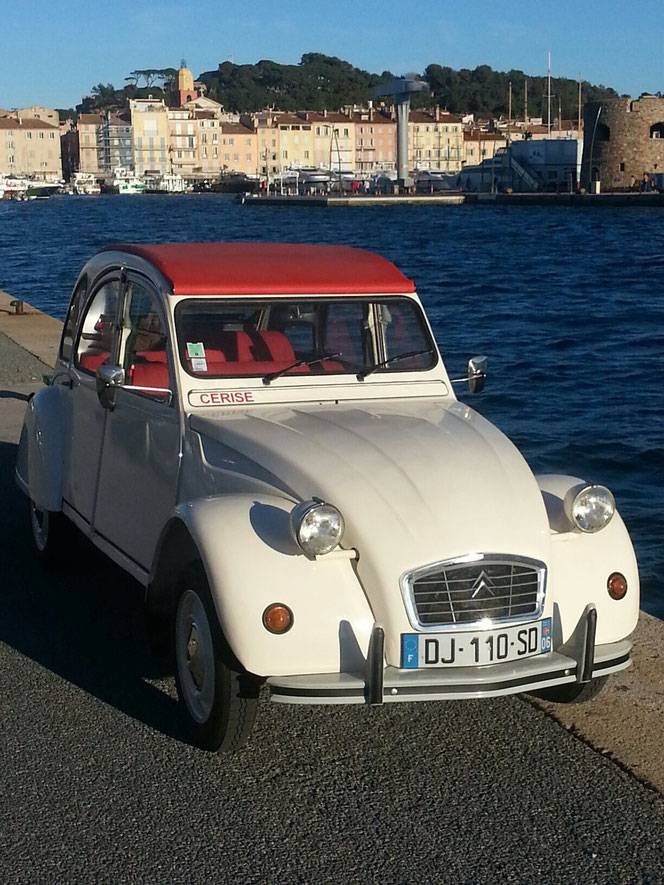 Blanche et rouge aux couleurs de Saint-Tropez, idéale pour découvrir le charmant petit port, ses célèbres cafés, ses sublimes yachts et ses charmants pointus.