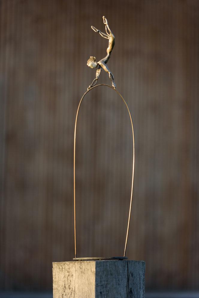 L'équilibre et le soutien grâce au coaching pro selon J.Tournier psycoach La rochelle, Fouras. Sculpture démontrant un équilibriste soutenu par un support en bois.