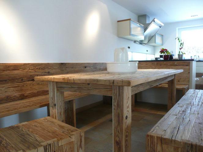 Schöner  Mix aus Altholztisch in  Fichte und der modernen Küche
