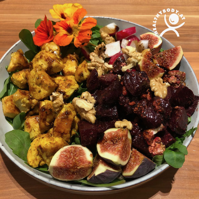 Bowl mit Roten Rüben, Feigen, Nüssen und Hühnerfleisch