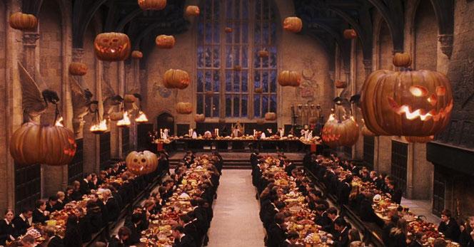 Les élèves dans la Grande Salle pour le banquet d'Halloween (Harry Potter à l'école des sorciers - 2001)