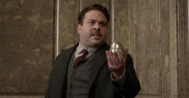 Jacob Kowalski (Dan Fogler) présentant un œuf à Norbert Dragonneau (Eddie Redmayne)