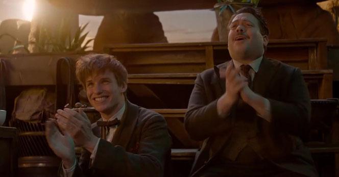 Norbert et Jacob applaudissent l'interprétation de la chanson d'Ilvermorny par Queenie et Tina (Les Animaux Fantastiques - 2016)