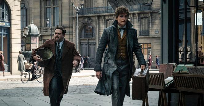 Norbert Dragonneau et Jacob Kowalski dans les rues de Paris (Les Animaux Fantasitques : Les Crimes de Grindelwald - 2018)