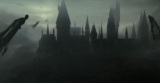Le château de Poudlard encerclé par les Mangemorts (Harry Potter et les reliques de la mort - Partie 2 - 2011)