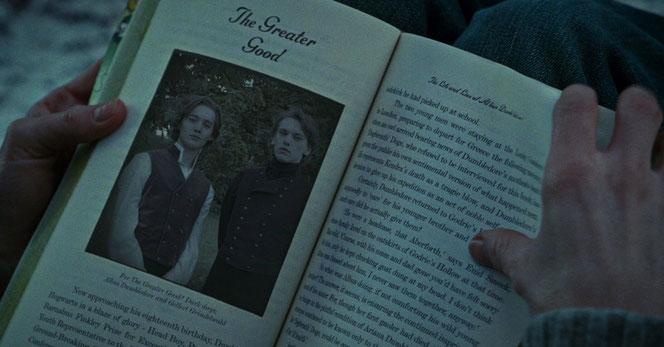 Dumbledore et Grindelwald dans leur jeunesse, dans le livre de Rita Skeeter (HP7 Partie 1 - 2010)