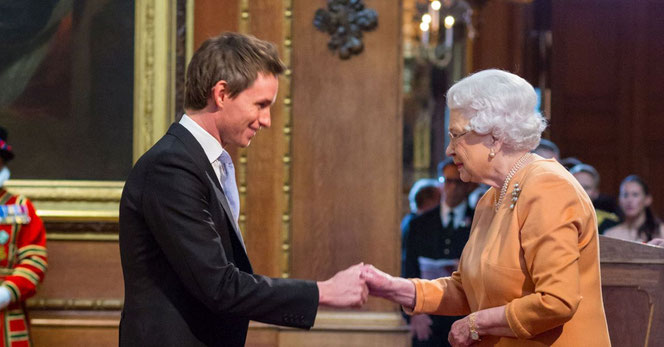 Eddie Redmayne et Elisabeth II (Getty Images - 02/12/2016)