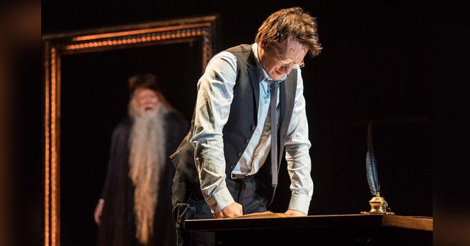 Harry Potter (Jamie Parker) devant le portrait de Dumbledore sur la scène du Palace Theatre