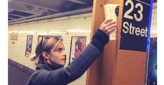 Emma Watson cache un livre dans le métro de New York (Twitter - @EmmaWatson)