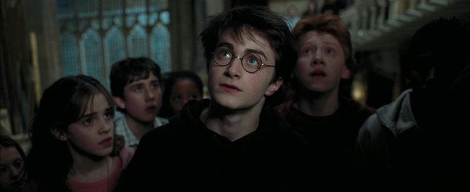 Harry, Ron, Hermione et les autres Gryffondor arrivent devant leur salle commune (Harry Potter et le Prisonnier d'Azkaban - 2004)