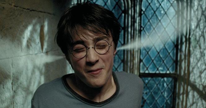 Harry Potter dans la salle commune de Gryffondor (Harry Potter et le Prisonnier d'Azkaban - 2004)