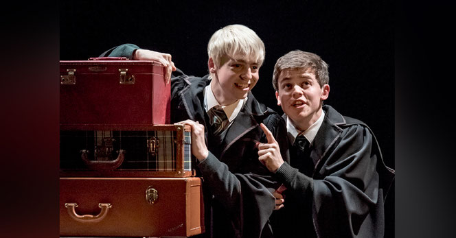 """Scorpius Malefoy (Anthony Boyle) et Albus Potter (Sam Clemmett) dans la pièce """"Harry Potter et l'Enfant Maudit"""" actuellement au Palace Theatre"""