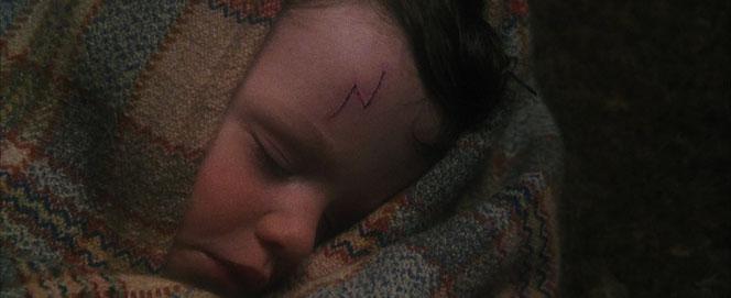Harry est déposé devant la maison des Dursley (Harry Potter à l'école des sorciers - 2001)