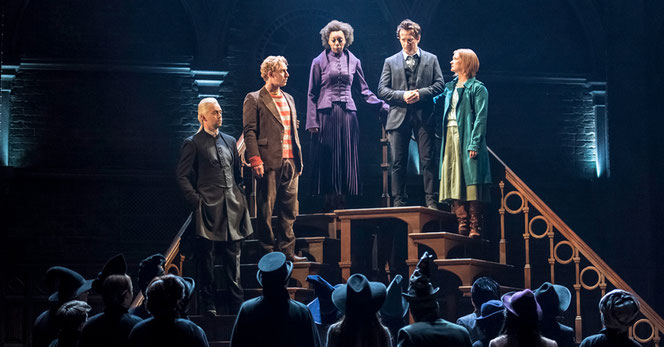 Drago Malefoy (Alex Price), Ron Weasley (Paul Thornley), Hermione Granger (Noma Dumezweni), Harry Potter (Jamie Parker), Ginny Weasley (Poppy Miller) sur la scène du Palace Theatre (The Cursed Child - 2016)