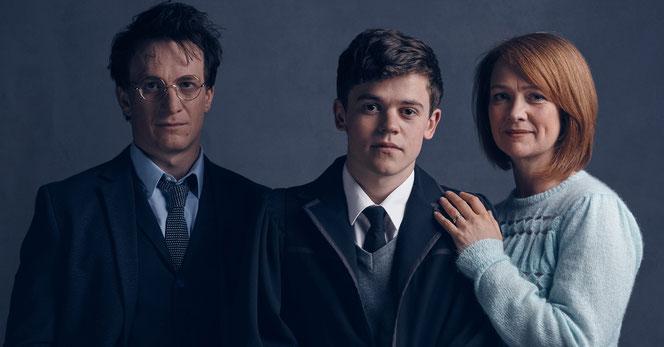 La pièce marque le retour de Harry Potter (Jamie Parker à gauche), Albus, son fils (Sam Clemmett) et Ginny, sa femme (Poppy Miller)