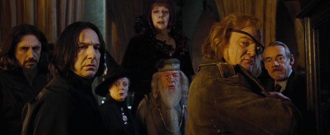 Karkaroff, Rogue, McGonagall, Mme Maxime, Dumbledore, Maugrey et Croupton dévisagent Harry (Harry Potter et la Coupe de Feu - 2005)