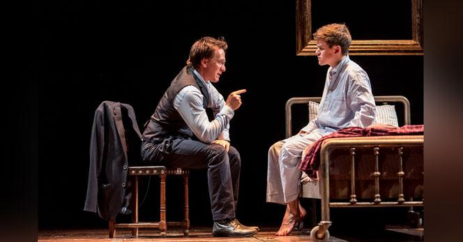 Harry Potter (Jamie Parker) et Albus, son fils, (Sam Clemmett) sur la scène du Palace Theatre