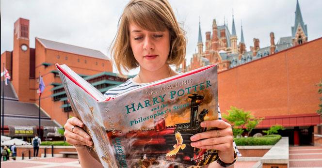 """Une lectrice lit """"Harry Potter à l'école des sorciers"""" devant la British Library"""