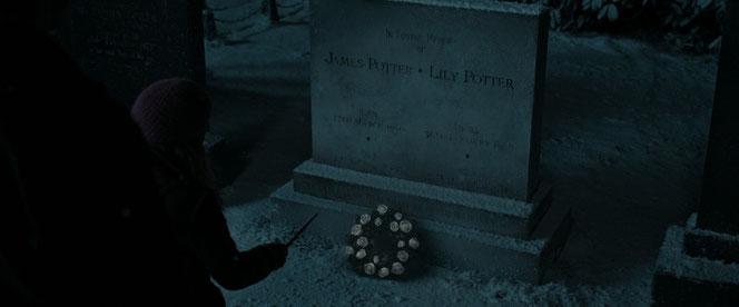 Harry et Hermione se recueillent devant la tombe de James et Lily (Harry Potter et les reliques de la mort - Partie 2 - 2011)