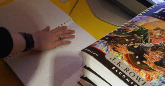 """Les sept tomes de la saga """"Harry Potter"""" sont également disponibles en braille. Ici, le tome 7."""