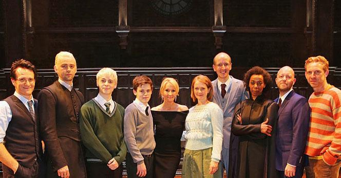 JK Rowling, John Tiffany et Jack Thorne en compagnie des acteurs de la pièce (@Pottermore)