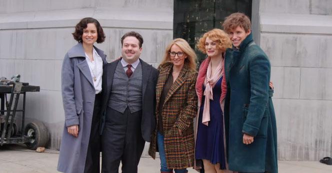JK Rowling avec Katherine Waterston, Dan Fogler, Alison Sudol et Eddie Redmayne sur les lieux du tournage