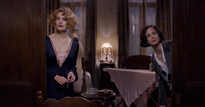 Queenie (Alison Sudol) et Tina Goldstein (Katherine Waterston) dans leur appartement (Les Animaux Fantastiques - 2016)
