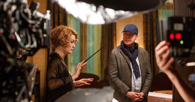 """Alison Sudol (Queenie Goldstein) et David Yates sur le plateau de tournage des """"Animaux Fantastiques"""""""