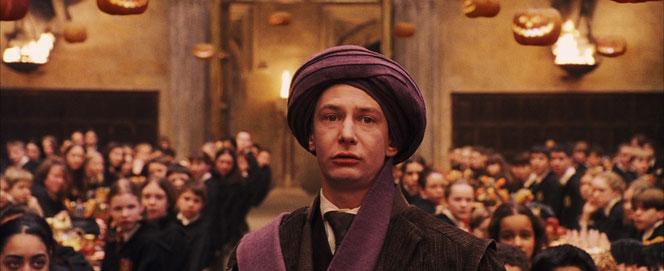 Le professeur Quirrell avertit les professeurs de la présence d'un troll dans les cachots. (Harry Potter à l'école des sorciers - 2001)