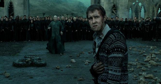 """Neville Londubat (Matthew Lewis) face à Voldemort (Ralph Fiennes) dans """"Harry Potter et les reliques de la mort - Partie 2"""" (2011)"""