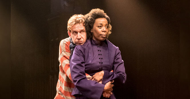 Hermione Granger (Noma Dumezweni) et Ron Weasley (Paul Thornley) enlacés sur la scène du Palace Theatre (The Cursed Child - 2016)