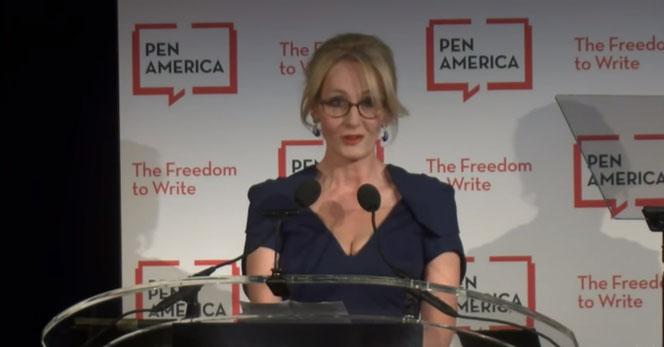 JK Rowling au PEN Literary Gala, le 16 mai 2016 au Muséum d'Histoire Naturelle de New York.