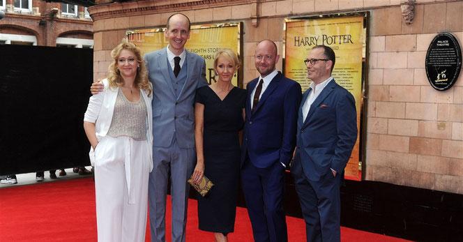 """Sonia Friedman (toute à gauche) et Colin Callender (tout à droite), les producteurs de """"The Cursed Child"""", au gala d'ouverture de samedi"""