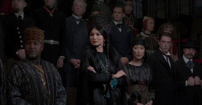 Les réprésentants des communautés de sorciers du monde entier rassemblés dans la salle du Pentagram au MACUSA (Les Animaux Fantastiques - 2016)