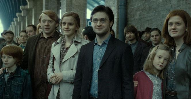 """Hugo, Ron, Hermione, Harry, Lily et Ginny sur le quai de King's Cross dans l'épilogue de 'Harry Potter et les reliques de la mort"""""""