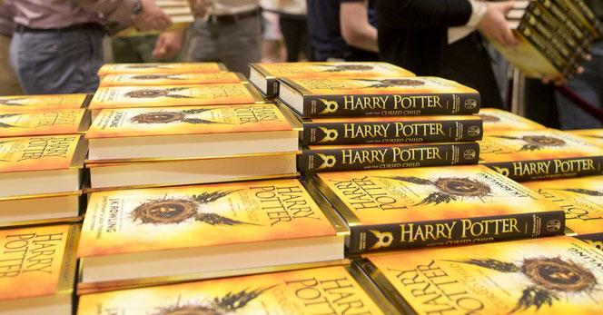 """Les étalages des librairies lors de la sortie internationale du script de """"l'Enfant Maudit"""" le 31 juillet (ici à la librairie Waterstones Piccadilly à Londres)"""
