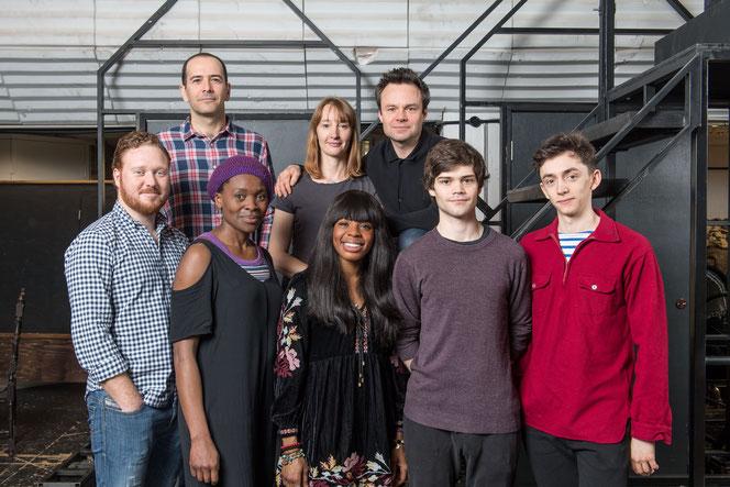 James Howard (Drago), Emma Lowndes (Ginny), Jamie Glover (Harry), Thomas Aldridge (Ron), Rakie Ayola (Hermione), Helen Aluko (Rose), Theo Ancient (Albus) et Samuel Blenkin (Scorpius) (de haut en bas, de gauche à droite)