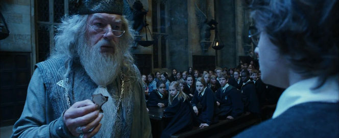 Harry affronte le regard de Dumbledore et de la Grand Salle (Harry Potter et la Coupe de Feu - 2005)