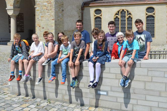 Unsere 9 Messdiener mit 5 Begleitern am Paderborner Dom © Bild: Björn Merke