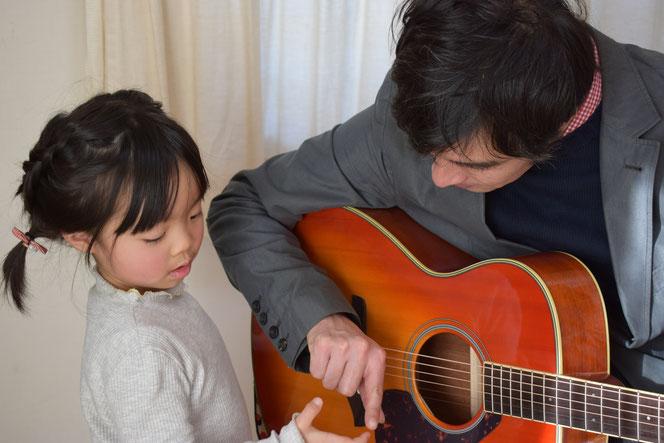 市川市キッズギター教室です♪今オススメのキッズギター始めてみませんか?指を使って弦を押さえたり弾いたり楽しみながら音程をとる訓練をしていきます。