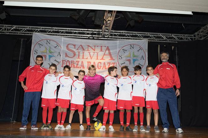 La Under 13 del Santa Silvia di Mister Giulio (a destra) e Mister Mirco (non nella foto) qui con Mister Francesco P.