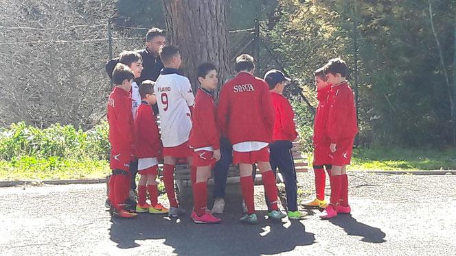Gli Under 11 in un veloce briefing motivazionale con Mister Fabio ...