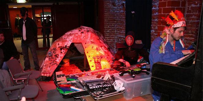 Life-Performance des Berliner Street-Artisten Patrick WEH Weiland und seinen Freunden