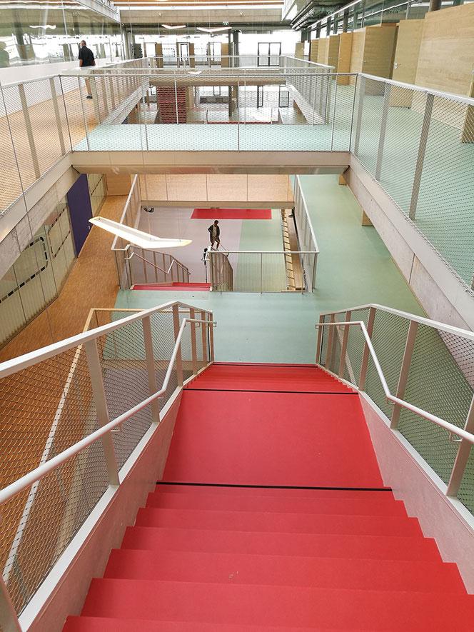 Ebene +2, Aula, Treppe und Brücke.